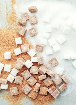 白と茶色の砂糖