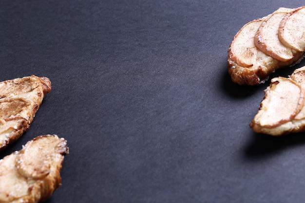 梨と焼きたてのクロワッサン