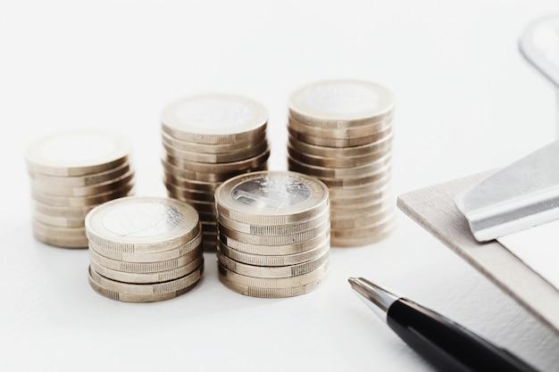 コインと木製のテーブル上のペン
