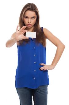 美しい若い女性は空白のカードを保持します