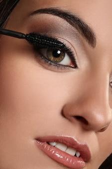 Крупным планом изображение женского глаза