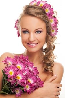 新鮮な花を持つ美しい白人女性