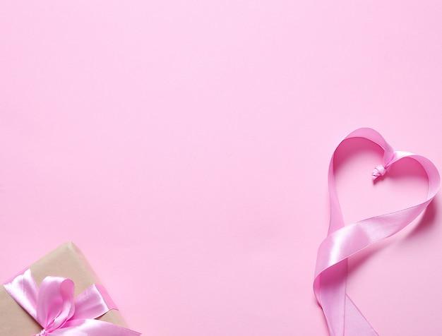 Подарок с розовой лентой
