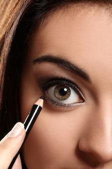 女性の目のクローズアップ画像