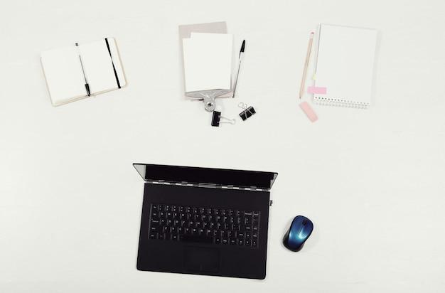 Рабочее место с ноутбуком и документами