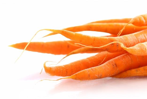 Свежая морковь на столе