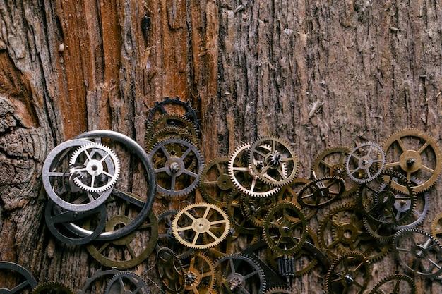木製のテーブルの歯車