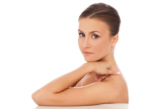 美しい若い自然な白人女性