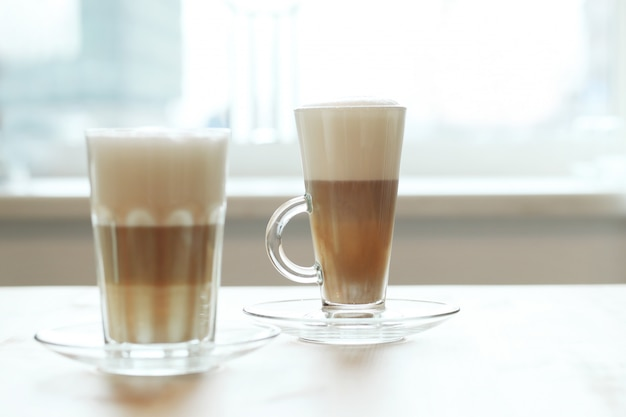 テーブルの上のグラスにコーヒー