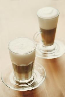 背の高いグラスにコーヒー