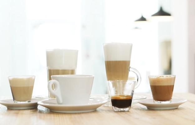 テーブルの上のコーヒー