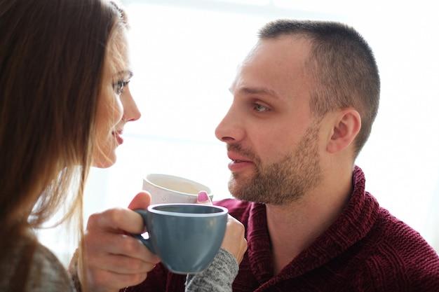 コーヒーを持っているカップル