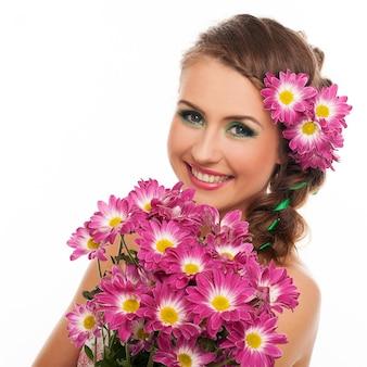 髪に花を持つ若い美しい女性