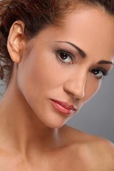化粧品で美しい中年女性