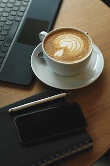 Рабочее место с чашкой кофе и ноутбуком