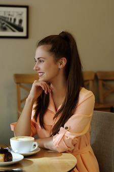 Женщина в кафе