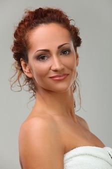 タオルで美しい中年女性
