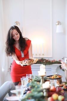Молодая женщина готовит рождественский ужин