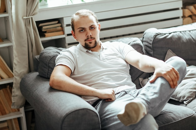 Человек сидит на диване