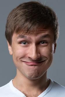 大きな頭の男は狂った顔の感情を作ります