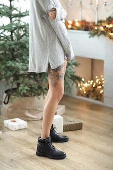 クリスマスの日にリビングルームの女性