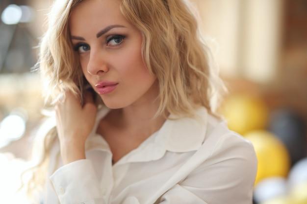 Женщина в белой рубашке