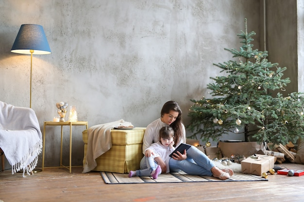 クリスマスの日を楽しんでいる家族