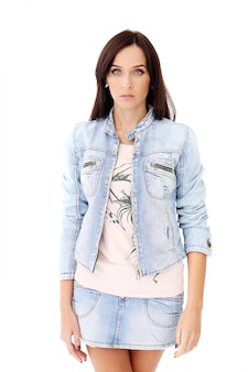 Красивая брюнетка в джинсовой одежде