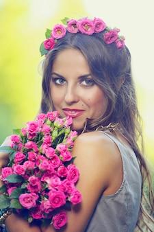 花を持つ美しい少女