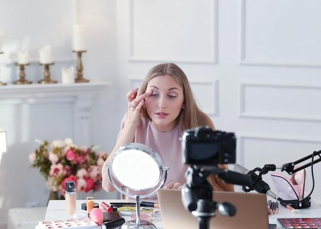 Салон красоты влогер. молодая женщина, запись макияжа учебник