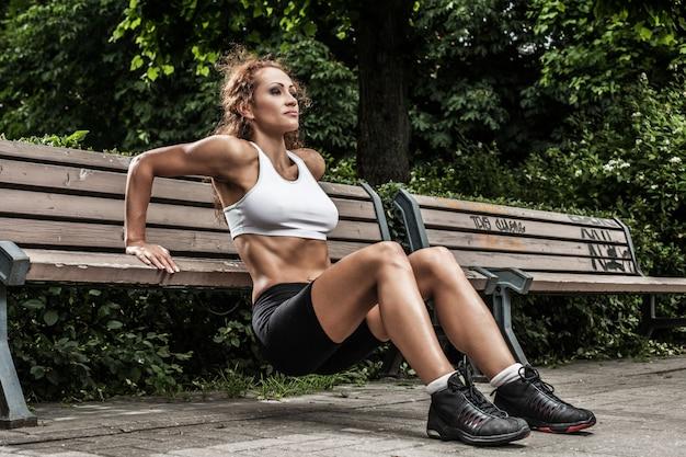 Фитнес девушка работает в парке