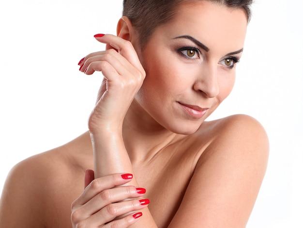 Молодая женщина с прической и вечерним макияжем