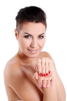 散髪と夜の化粧を持つ若い女性