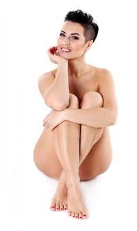 座っている若い裸の女性夜化粧