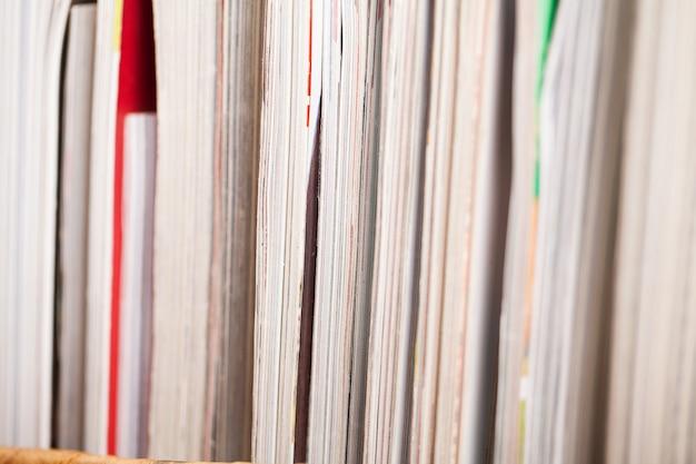 テーブルの上のカラフルな雑誌の山
