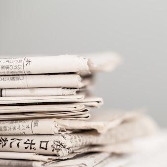 白いテーブルの上の新聞の山