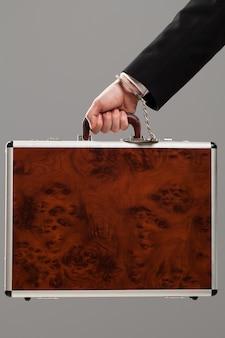 手錠で手に取り付けられたケース