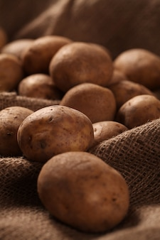 Деревенский неочищенный картофель на столах