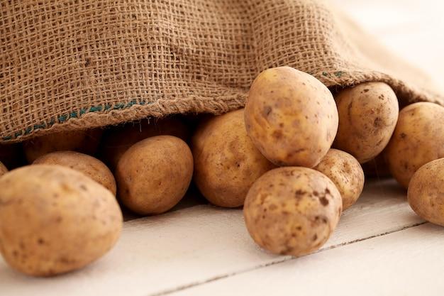 Деревенский неочищенный картофель на столе