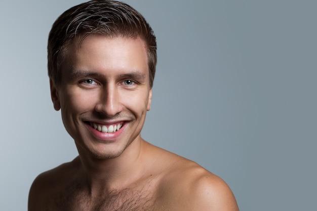 上半身裸のハンサムな男