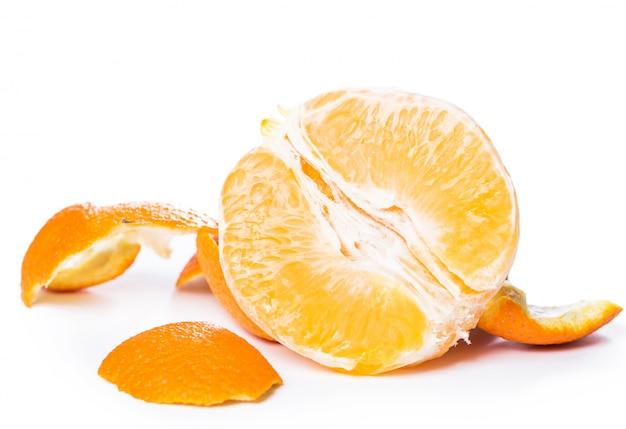 Очищенный апельсин и его кожа