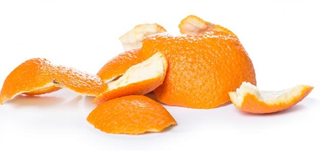 皮をむいたオレンジとその皮