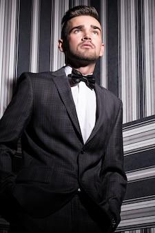 スーツを着たハンサムな男