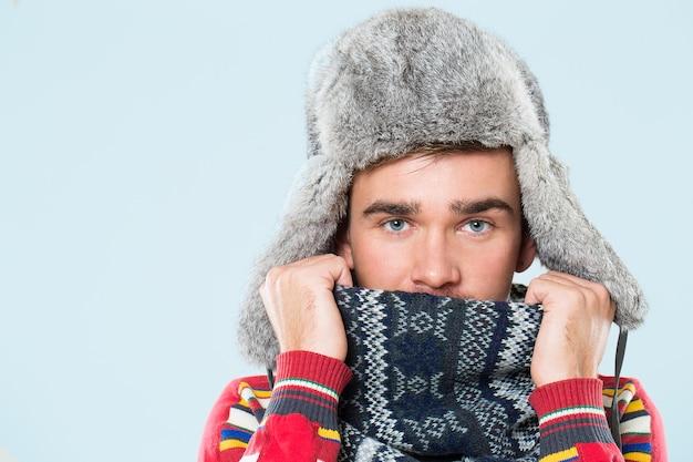 Красивый мужчина чувствует себя холодно