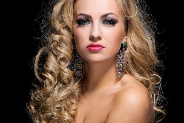 Женщина с вьющимися волосами