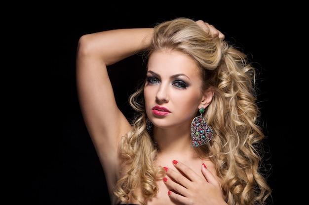 巻き毛を持つ女性