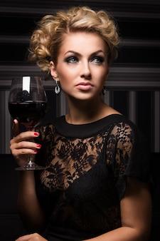 未知の秘密を持つ甘くて魅力的な女性