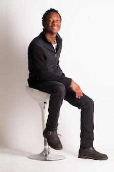 椅子に座っているハンサムな黒人の男
