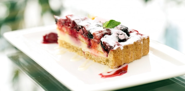 Вкусный фруктовый торт на тарелке