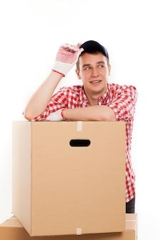 茶色のボックスでハンサムな若い宅配便